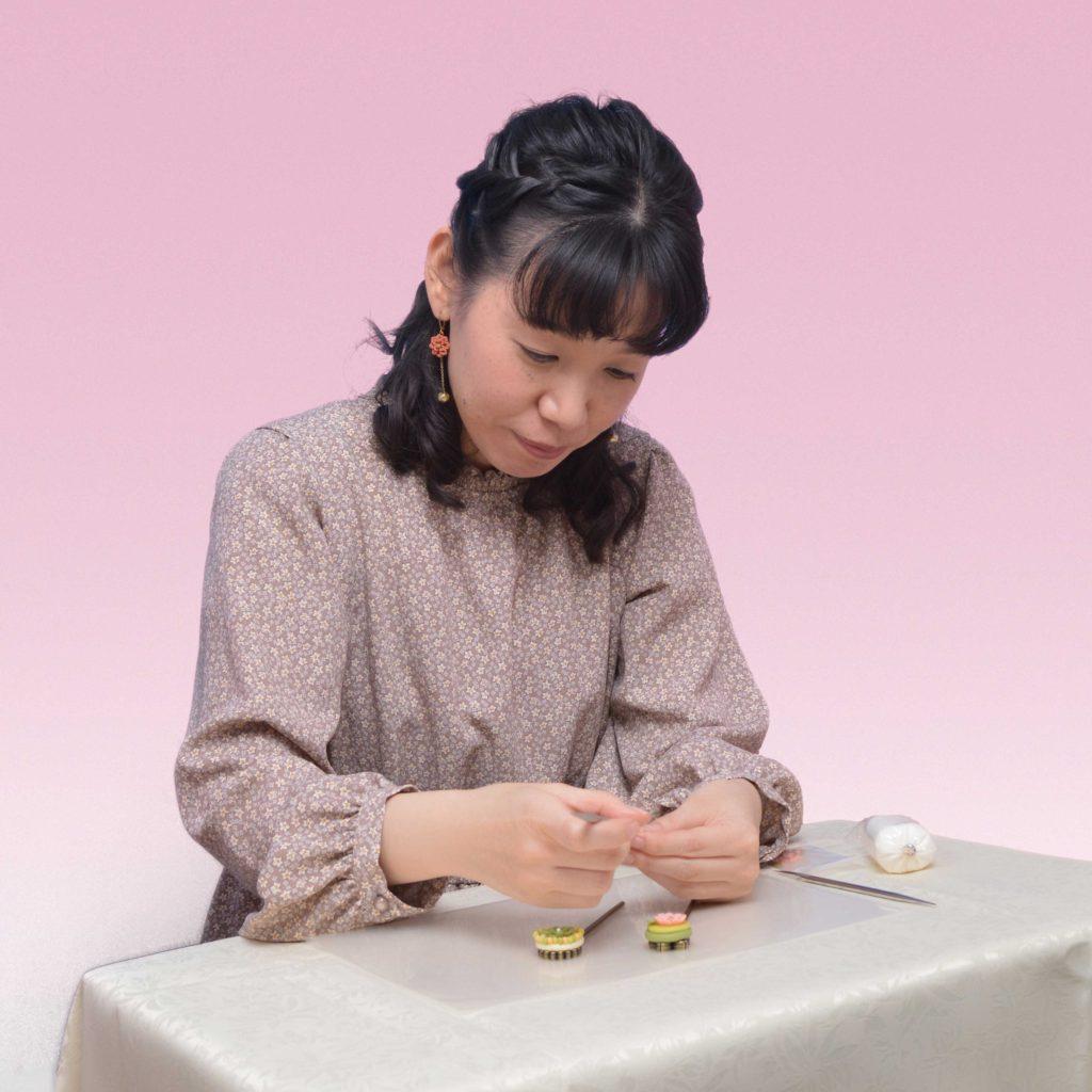 花モチーフのクレイアクセサリーレッスン講師 阿部典子